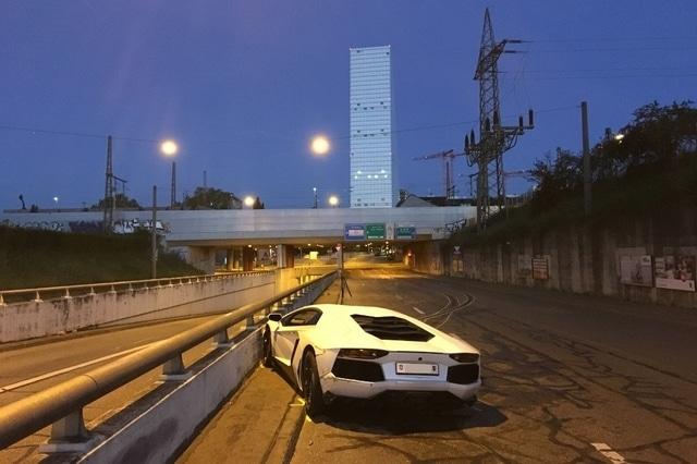 Sa Lamborghini fini encastrée dans un mur