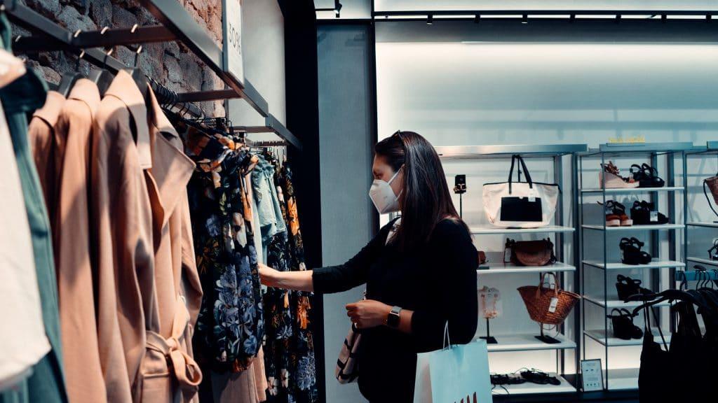 Confinement : des commerçants posent nus pour dénoncer leurs commerces fermés