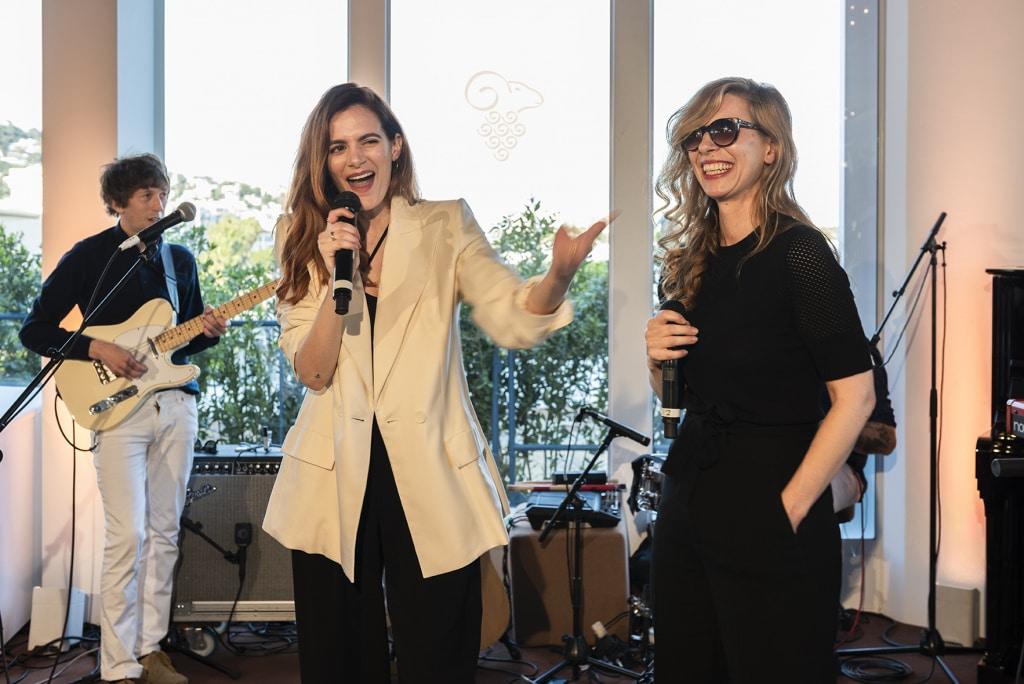 Mouton Cadet Wine Bar : Barbara Carlotti et son invitée Luna Truffaut-Picoli ont offert un duo musical éléggant